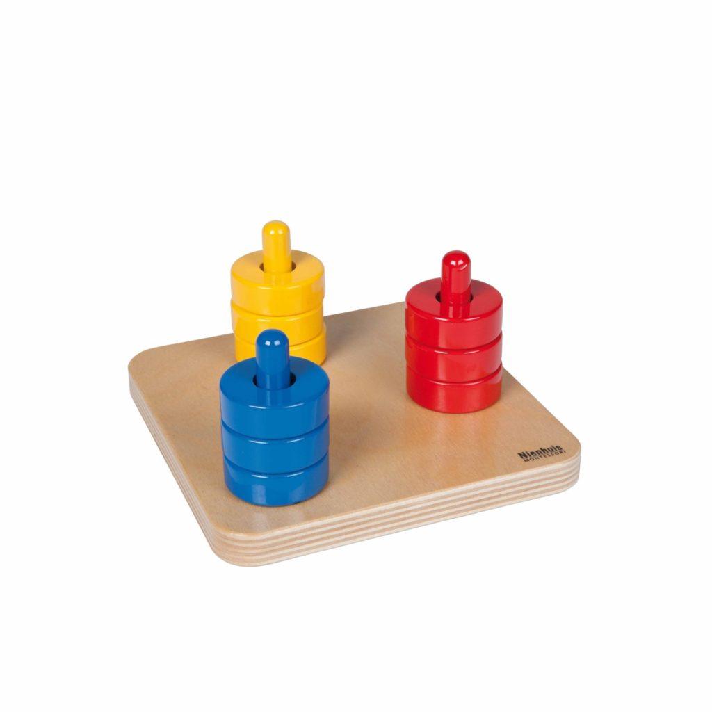 Discuri colorate pe 3 suporturi verticale - original Montessori - Nienhuis