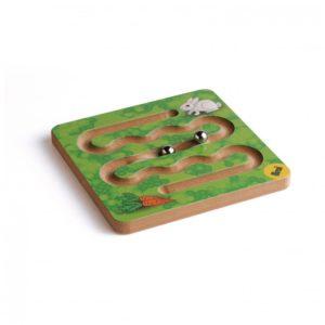 Un joc clasic tip labirint de bile pentru dezvoltarea echilibrului, produs din lemn de cea mai înaltă calitate. Materialul finisat cu grijă şi desenele drăgălaşe vor trezi rapid interesul copiilor.
