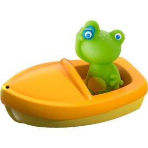 Pentru ca baia să fie o plăcere pentru copilul tău, oferă-i jucării perfecte pentru cadă! Broscuța este un bun înotător și un tovarăș bun de distracție, mai ales când este vorba de apă. Cu ajutorul barcuței puteți naviga în ape tulburi ca doi pirați desavârșiți.